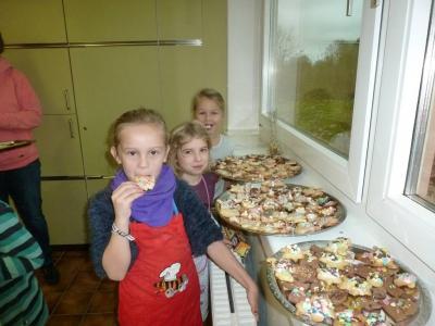 Vorschaubild zur Meldung: Weihnachtsbäckerei in der 1/2a