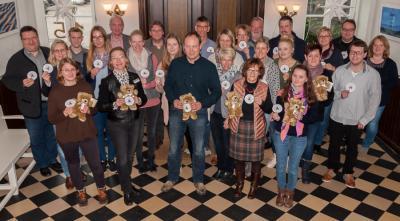 Vorschaubild zur Meldung: Weihnachts-Spendenaktion zugunsten der Deutschen Teddy-Stiftung. Mitarbeiter der Samtgemeindeverwaltung in Esens stellten sich in den Dienst der guten Sache.