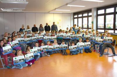 """Vorschaubild zur Meldung: Schulkalender """"Wilde Welten"""" an die Schüler der Pestalozzischule übergeben"""