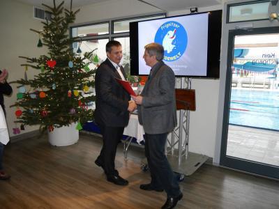 Bürgermeister Hermann (r.) gratuliert Geschäftsführer Christian Maasch zum Jubiläum und überreicht symbolisch ein neues Wasser-Spielgerät. I Foto: Pascal Jochinke
