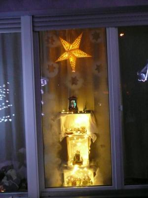 Schön dekoriertes Adventsfenster der Familie König-Fey