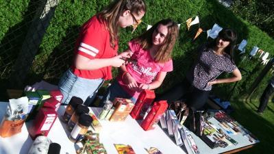 """Eine-Welt-Verkauf der Konfirmanden: """"Konfirmandinnen verkaufen beim Gemeindefest in Frauenhain Schokolade, Kaffee und andere Waren aus fairem Handel."""""""