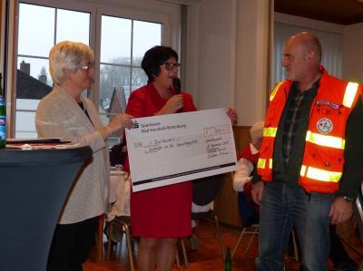 Brunhilde Schneider Renate Giesel sowie Jürgen Daube bei der Spendenübergabe
