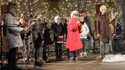 Foto zur Meldung: Klasse 4b gestaltet Weihnachtsprogramm zum Nussknackermarkt mit