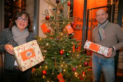 Wünsche am Weihnachtsbaum: Dagmar Schauerte (Restaurant Bonne Vie) und Karsten Niekamp (Förderverein Kinderschutz-Zentrum) organisieren Geschenke für benachteiligte Kinder und Jugendliche.