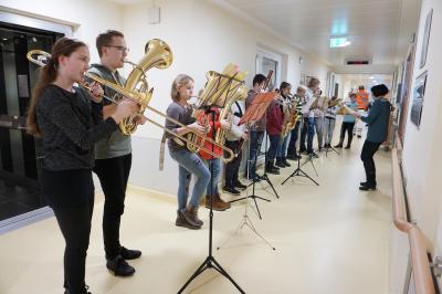 Die Orchester-AG Selters beim weihnachtlichen Auftritt im Ev. Krankenhaus Selters, geleitet von der Lehrerin Anne Opper