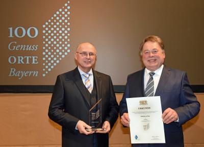 Bürgermeister Gerhard Schenkel erhält die Auszeichnung zum Genussort von Staatsminister Helmut Brunner.