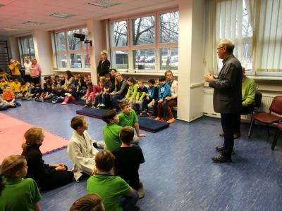 Foto zur Meldung: Deutsche Sportabzeichen feierlich an die Regenbogen-Grundschule übergeben