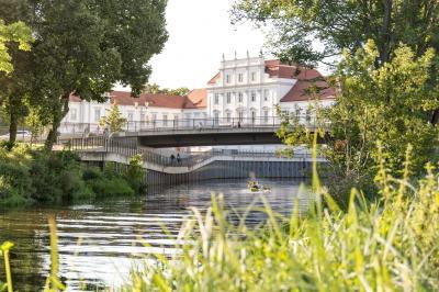 Ein Bild vom Schloss Oranienburg, im Vordergrund fließt die Havel. Foto: Frank Sperling