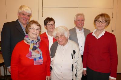 Flankiert von den beiden Vereinsvorsitzenden Hubert Jocham und Irmgard Schickel die Verabschiedeten (von links):  Walburga Schwarzkopf, Gertrud Rottmar, Irmgard Mendler, Konrad Fluhr; Foto: G. Peternek