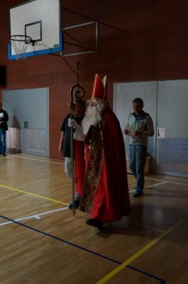 Der heilige St. Nikolaus kommt zu den EIS`s-Kindern