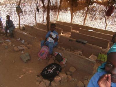 Die aktuelle Schule in Saar-Goyen. Mittlerweile läuft die Planung für ein festes Schul-gebäude. Verschiedene Unterrichtsmaterialien konnten von den Sponsorengeldern bereits gekauft werden. Foto: Diguna e.V.