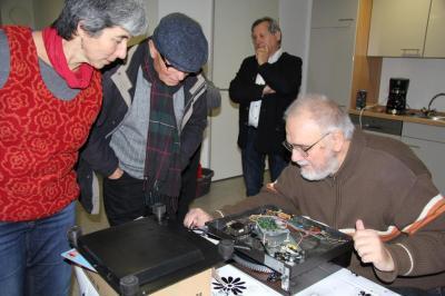 Reparateur Volker Horn versucht einen alten Plattenspieler wieder flott zu bekommen