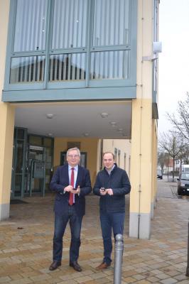 Bürgermeister Hirschbichler und Breitbandbeauftragter Spielberger testen das WLAN