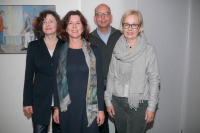 Grund zu feiern: Geschäftsführerin Ulrike Boden sowie Vorstandsmitglieder des Trägervereins,  Dr. Stefan Grollmann und Annette Lakämper gratulieren Pia Eckmann (2. von links) zu ihrem Jubiläum.