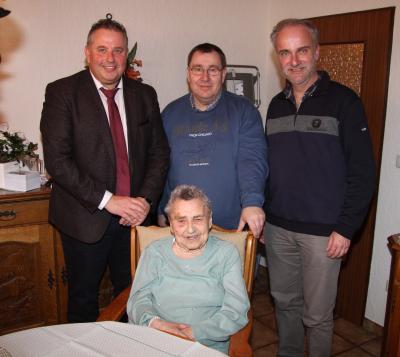 Foto v. l. stehend: Erster Bürgermeister Stefan Busch, Enkel Ronald Reiser und Pfarrer Gerald Zimmermann, in der Bildmitte die Jubilarin Frieda Marie Reiser