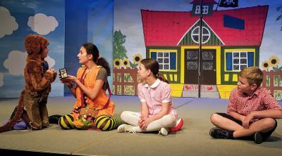 Schauspielschüler verschiedner Gruppen bei einer Probe