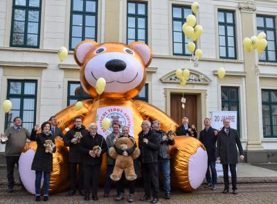 Vorschaubild zur Meldung: Vor 20 Jahren wurde die Deutsche Teddy-Stiftung im Ahnensaal des Esenser Rathauses gegründet.