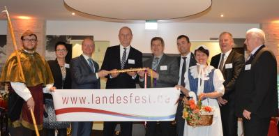 Vorschaubild zur Meldung: Leinen los zum Landesfest! Der Staffelstab zum BRANDENBURG-TAG 2018 ist übergeben