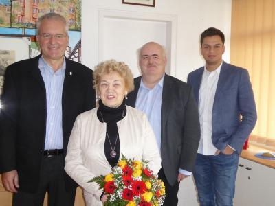 Foto zeigt: Bürgermeister Andreas Weiher, Traudel Springer, Hauptamtsleiter Uwe Paul und Mitarbeiter Nico Agostini