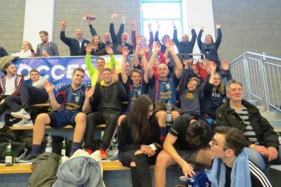 Gute Stimmung bei Spielern und Zuschauern auf der Tribüne   (Foto: Frank Hinrichs)