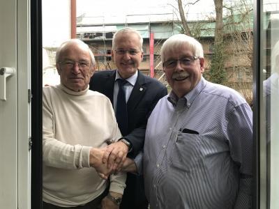 """Foto zeigt Tischtennis-Kollege Willi Stein, Bürgermeister Andreas Weiher und """"Geburtstagskind"""" Günter Lieder"""