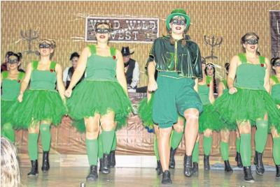 Grüner wird es nicht: Die Black Diamonds aus Oberneisen tanzten auf der Kappensitzung in Burgschwalbach den Froschkönig und bekamen viel Applaus vom Publikum. Foto: Rolf Kahl