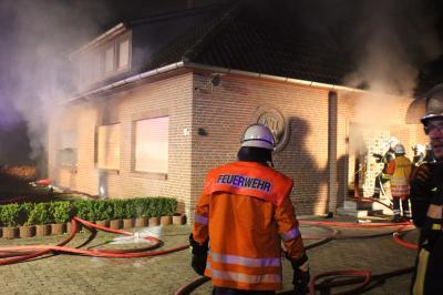 Foto zur Meldung: Ausgedehntes Feuer in Wohnhaus fordert Feuerwehr