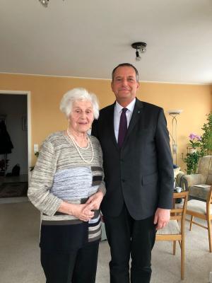 Stellvertretender Bürgermeister Thomas Zylla überbrachte Christine Klebs herzliche Geburtstagsgrüße von der Stadt Falkensee.
