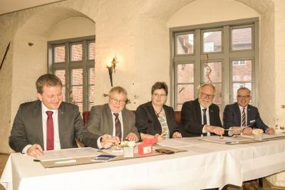 Dr. Rico Badenschier (Oberbürgermeister der Landeshauptstadt Schwerin), Reinhard Mach (Bürgermeister Ludwigslust), Doreen Radelow (Bürgermeisterin Neustadt-Glewe), Rolf Christiansen (Landrat des Landkreises Ludwigslust-Parchim) und Matthias Effenberger (K