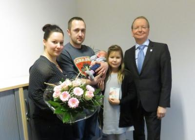 Bild der Meldung: Bürgermeister Karsten Knobbe begrüßt 100. Baby