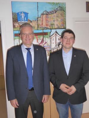 Foto zeigt Bürgermeister Andreas Weiher und Vorsitzender des Kreisbauernverbandes Main-Kinzig Mark Trageser