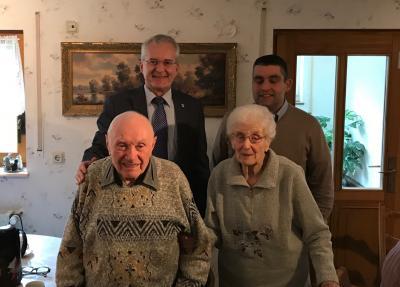 Foto zeigt vorn Reinhold und Marianne Kaltenschnee; dahinter Bürgermeister Andreas Weiher und Ortsvorsteher Thomas Lindt