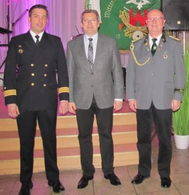 Bürgermeister Oliver Hermann und Gildechef Ingo Rodowski begrüßten den Kommandanten KKpt Rudolf Lenthe herzlich in der Patenstadt. I Foto: Schützengilde