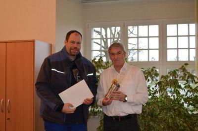 Bürgermeister Heiko Müller gratulierte Samariter Florian Pfaff zu seiner Auszeichnung.