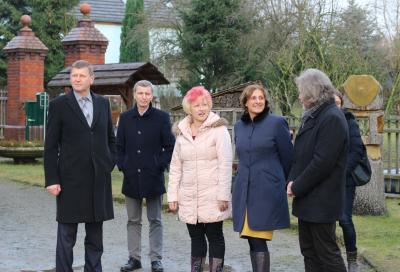 Foto zu Meldung: Brandenburgs Bildungsministerin besucht Naturkita