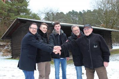 Setzen sich gemeinsam für die Sanierung der Windhause in Sontra ein – Von links: Thomas Eckhardt (Bürgermeister der Stadt Sontra), Lucas Persch (Schüler der AvT-Schule), Alexander Siebald (Schüler der AvT-Schule), Ludger Arnold (Pädagogischer Leiter der A