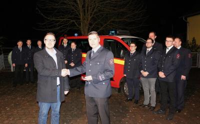 Stadt Sontra investiert in Feuerwehr: Bürgermeister Thomas Eckhardt übergab am 2. Februar ein neues Mannschaftstransportfahrzeug an die FFW Hornel.