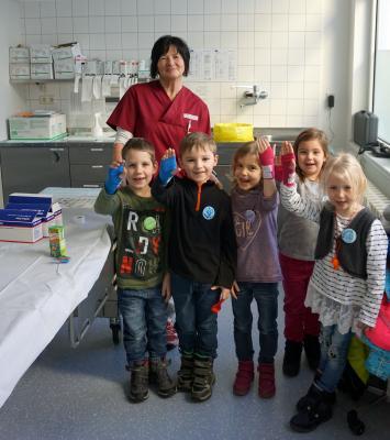 Heike Oerlemans, Leiterin der Chirurgischen Ambulanz mit der Grashüpfer-Gruppe des Kindergarten Freirachdorf