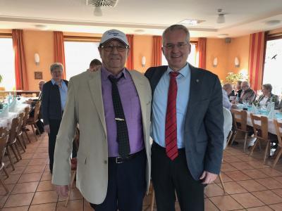 Foto: Geburtstagskind Branco Simic mit Bürgermeister Andreas Weiher