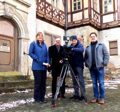 Das Filmteam des MDR mit Vereinschef Oliver Rindschwentner (rechts) und Bürgermeister Rainer Lämmerhirt im Schlosshof