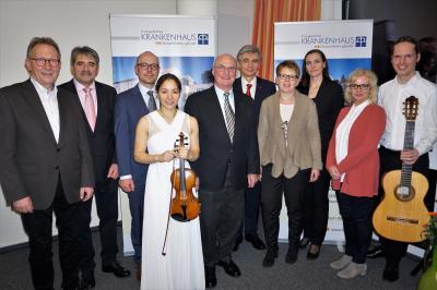 Von links: Erwin Rüddel (MDB), Dr. Reinhold Ostwald (Ärztlicher Direktor), Thomas Schulz (Geschäftsführer), Lisa-Maria Schumann (Violinistin), Rolf-Peter Leonhardt (Verwaltungsratsvorsitzender), Dr. Benjamin Bereznai (Chefarzt Neurologie), Dr.  Tanja Mach
