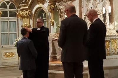 OLKR Pilz spendet den Segen für den neuen Friedensbeauftragten Michael Zimmermann. Rechts: Prof. Thomas Knittel und Landesjugendpfarrer Tobias Bilz
