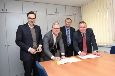 Die beiden Geschäftsführer der gegefa GmbH Ralf Haase (r.) und Dirk Albrecht (2. v. r.) bei der Vertragsunterzeichnung mit den beiden Architekten Christoph Schirmer (l.) und Christoph Galandi. (Bildautorin: Tanja Marotzke)