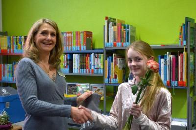 Die Siegerin des Regionalentscheids Alina Jahnke wird von Heike Rosendahl von der Stadtbibliothek Falkensee beglückwünscht.