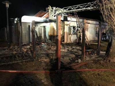 Feuerwehreinsatz: In der Hamburger Straße brannten in der vergangenen Nacht Mülltonnen. Der Brand griff auf die Mensa der Geschwister-Scholl-Grundschule über.