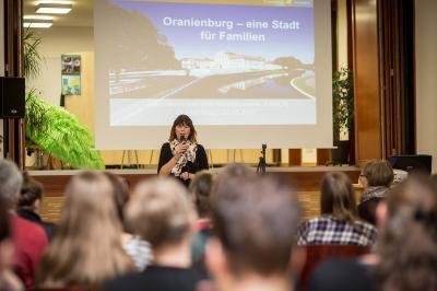 Im Vortrag: Anke Michelczak, Amtsleiterin für Bildung und Soziales | Foto: Uli Mallende