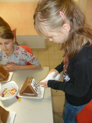 Foto zur Meldung: Wir gestalten Lebkuchenhäuser