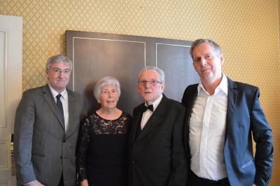 Bürgermeister Heiko Müller gratulierte dem Jubelpaar Ursula und Dietrich Zachrau zum 60. Hochzeitstag. Ihr Sohn Olaf (r.) hatte den Bürgermeister zu dem besonderen Anlass eingeladen.