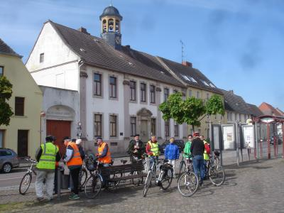 Start der Nienburger Fahrradgruppe zum 1. Salzlandradeltag